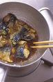 ねぎとにんにくを加えてひと煮し、コチュジャンを溶き入れる。鍋を揺すりながら全体に味をからめ、さらに弱火で5分ほど煮て、さばを取り出す。鍋にわけぎを入れてふたをし、弱火でしんなりするまで1~2分煮る。器にさばを盛り、わけぎを添える。