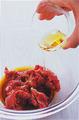 玉ねぎはしんを取って横半分に切り、縦に幅1cmに切ってから、ばらばらにほぐす。にらは根元を切り、長さ3~4cmに切る。ボールに牛肉を入れ、調味料を順に加えて混ぜる。さらに、うどん、玉ねぎ、にらを加えて、麺をほぐすように全体をよく混ぜ合わせる。