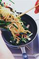 直径約26cmのフライパンを中火で熱し、【1】を一気に入れる。菜箸で麺をほぐすように混ぜながら、肉の色が変わるまで4~5分炒め合わせて器に盛る。