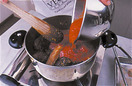 肉を戻し入れ、裏ごししたトマトを加えて中火にする。煮立ったらアクをすくい取ってふたをし、弱火にして2~3時間煮込む。煮汁がとろりとしたら塩、こしょう各少々で味をととのえる。煮汁をラグーソースとして使い、肉は取り出して別にいただく。