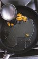 スパゲティがゆで上がる直前に、ゆで汁おたま1杯分弱を2のフライパンに加える。スパゲティがゆで上がったら、ざるにとってかるく湯をきり(ゆで汁はとっておく)、フライパンに加えて強火にする。