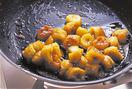 バナナは幅1cmに切り、飾り用に1本分を取り分けて器に入れ、レモン汁をふる。フライパンにバターを入れて弱火にかけ、バターが完全に溶けたら、残りのバナナを入れ、木べらでときどき混ぜながら炒める。全体にバターがからまったらグラニュー糖をふり入れ、再び混ぜながら炒める。こんがりと焼き色がついたら器に取り出し、そのままおいてさます。