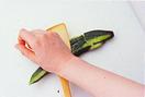 きゅうりはへたを切り、ピーラーで縦にところどころ皮をむく。木べらを当て、押すようにしてつぶし、手で一口大に割る。クリームチーズは、スプーンで一口大にすくって大きめのボールに入れ、削り節を加えてあえる。きゅうり、めんつゆを入れて混ぜ合わせる。
