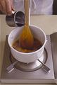 濃いきつね色になったら火を止め、木べらを伝わせながら熱湯を注ぐ。こうすると、手を鍋の上にかざす必要がないので蒸気が当たらず、やけどすることがない。
