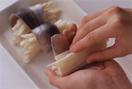 あじは、塩、こしょう各少々をふり、にんにくのすりおろしを全体に塗る。あじにフライドポテトを1/4量(1/8量)ずつのせ、手前から巻くようにして包む。巻き終わりを下にして、オリーブ油を塗った耐熱皿に並べる。