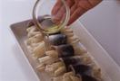 全体にオリーブ油大さじ1(大さじ2)を回しかけ、オーブントースターに入れて、4~5分焼く。イタリアンパセリを散らし、レモンを添える。