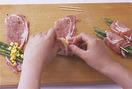 いんげんはへたとあれば筋を切り、縦半分に切る。まな板に肉を縦長に広げ、塩、粗びき黒こしょう各少々をふる。小麦粉適宜を茶こしを通して薄くふり、手前にいんげん、コーンを1/6量ずつのせる。手前からくるくると巻き、巻き終わりを楊枝で留めて、表面全体に茶こしを通して小麦粉をふる。