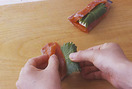 器にたれの材料を混ぜ合わせる。鮭は一切れを2つに切り、厚みを半分にするように包丁を入れ、切り離さないように注意して、深く切り込みを入れる。チーズは棒状になるように、6等分に切る。青じそは軸を切る。チーズに青じそを巻き、鮭の切り込みにはさむ。小麦粉を薄くまぶしつけ、溶き卵、パン粉の順にころもをつける。