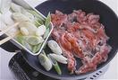 フライパンを弱めの中火で3~4分熱する。その間に、豚肉の汁けをペーパータオルでしっかりと拭く。フライパンにサラダ油大さじ1を入れてなじませ、豚肉を重ならないように広げて入れ、あいたところにねぎを入れる。中火で2分ほど焼いてともに裏返し、豚肉から出てきた余分な脂をペーパータオルで拭き取りながら、さらに2分ほど焼く。
