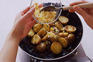 1のフライパンにじゃがいもを入れ、パセリ、ゆで卵を加えて混ぜる。酢大さじ2/3、塩小さじ1/4、粗びき黒こしょう小さじ1/2~1を加えて混ぜ合わせる。