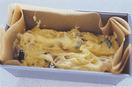 型に、生地を移し入れて表面を平らにし、ゴムベらで中心を少しくぼませる。バター20gを細長く切り、生地のくぼみにのせて、170℃のオーブンで40~50分焼く。中心に竹串を刺して、何もついてこなければ焼き上がり。熱いうちに型から出し、オーブン用シートを取る。ケーキクーラーなどにのせてさまし、好みの厚さに切る。