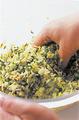1のボールに野菜を加え、片栗粉小さじ1をふり入れて、全体が均一になるよう混ぜ合わせる。