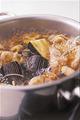 鍋に煮汁の材料、なす、鶏肉、しょうがを入れて中火にかける。煮立ったら、アルミホイルを鍋の口径に合わせて切ったもので落としぶたをし、20分ほど煮る。粗熱を取って味をなじませ、器に盛る。
