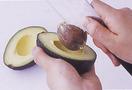 アボカドソースを作る。アボカドは、種に包丁の根元をかるく刺し、ねじりながら取り除く。手で皮をむいてボールに入れ、フォークでかるくつぶす。残りのソースの材料を加えて、フォークなどでさらにざっとつぶす。