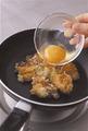 目玉焼きコロッケを1人分ずつ作る。卵を1個ずつ別の容器に割り入れる。コロッケ1個を一口大に割り、フライパンに丸く並べる。弱めの中火にかけて3~4分焼き、裏返して卵1個を中央にのせる。パセリのみじん切りの1/2量を散らしてふたをし、弱火で4~5分焼く。
