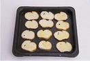 オーブンの天板に、グラニュー糖をまぶした面を上にして、フランスパンを並べる。130℃のオーブンで15分ほど焼く(150℃の場合は10分を目安に焼く)。
