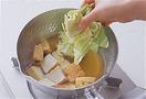 厚揚げを鍋の片側に寄せ、あいたところにキャベツを入れる。再び煮立ったらふたをして、弱火のまま5~6分、キャベツがしんなりするまで煮る。