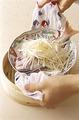 鯛の皿を、折りたたんだ布の中央にのせてせいろに入れ、はみ出した布はせいろと皿のすきまに詰めて、ふたをする。蒸気が上がったら鍋にせいろをのせ、12~15分蒸す。蒸し上がったらふたを取り、ミトンなどで布の両端をしっかりと持って、汁をこぼさないように皿を取り出す。  ※このレシピでは、せいろは直径24cmのもの、鍋は口径27×深さ5.5cmのものを使用しています。