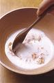 ボールに【1】の明太子、生クリームと、塩、こしょう各少々を入れて、よく混ぜ合わせる。
