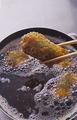 揚げ油を中温※に熱してかぼちゃを入れ、返しながら2分ほど揚げる。カリッとしたら取り出し、油をきる。続けて、2の鮭を入れて火を弱め、菜箸で返しながら2~3分揚げる。仕上げに少し火を強め、きつね色になるまで揚げる。油をきり、かぼちゃとともに器に盛る。 ※中温(170~180℃)=乾いた菜箸の先を鍋底に当てると、細かい泡がシュワシュワッとまっすぐ出る程度。