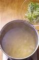 スパゲティがゆで上がる1分ほど前に、1の鍋にえびを加える。スパゲティがゆで上がったら火を止め、水菜を入れる。すぐにざるに上げて湯をきり、2のボールに加えてあえる。器に盛り、好みで赤唐辛子適宜をふる。