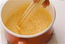 固まりはじめたら、鍋をぬれぶきんの上に置いてさます。そのままそこでゆっくりと混ぜ、再び弱火にかける。これを5~6回繰り返し、細かいそぼろ状にする。油はひかないで。途中、鍋底をぬれぶきんに当ててさまし、卵に火が通りすぎないように全体を混ぜます。器にご飯を盛ってのりをちぎってのせ、いり卵をかけて貝割れ菜をのせる。