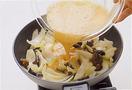 フライパンにサラダ油大さじ2を中火で熱し、玉ねぎを入れて3~4分炒める。しんなりしたらきくらげを加え、塩小さじ1/3をふって混ぜる。卵液を全体に回し入れる。