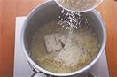 ゴルゴンゾーラチーズ、パルメザンチーズを加え、チーズが溶けるまで混ぜ合わせる。器に盛り、粗びき黒こしょうをたっぷりふる。