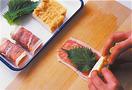 まな板に豚肉を2枚一組にして、厚揚げの幅に合わせて長方形になるように形を整える。塩、こしょう各少々をふり、青じその葉2枚を縦に並べる。厚揚げ1切れをのせ、手前からきっちりと巻く。残りも同様に巻き、巻き終わりを下にしてバットなどに並べておく。