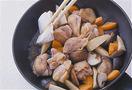 鶏肉から出た脂をペーパータオルで拭き、煮汁を注いで煮立てる。水でぬらしたペーパータオル2枚を重ねて、全体をおおうようにかぶせ、弱火で10分ほど煮る。ペーパータオルを取って中火にし、木べらで全体を返す。フライパンを揺すりながら汁けをとばし、器に盛る。あれば万能ねぎを添える。