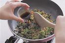 同じフライパンを少しさましてから、バター大さじ2を中火で熱し、小松菜を入れて手早く炒める。しんなりとしたら鮭フレークを加えて炒め合わせ、しょうゆ大さじ2を入れて全体になじませる。ご飯を加えて木べらなどでほぐしながら炒め、ぱらりとしたら酒大さじ1を鍋肌から回し入れ、卵を戻し入れて混ぜる。塩、こしょう各適宜で味をととのえ、器に盛る。