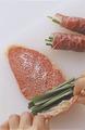 まな板に牛肉を1枚ずつ縦長に広げ、塩少々と、小麦粉を茶こしを通して薄くふる。もやしと、にらを1/6量ずつ、肉の手前にのせて、くるくると巻く。巻き終わりを楊枝で留め、残りも同様にして巻く。
