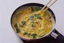 直径16cmくらいの小さいフライパンにサラダ油大さじ1を中火で熱し、卵液を一気に流し入れる。菜箸で大きく混ぜ、半熟状になったら弱火にして、3分ほど焼く。全体がふんわりと固まったら、器に盛る。