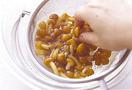 厚揚げはペーパータオルで包んで耐熱皿に入れ、電子レンジで1分ほど加熱する。ペーパータオルを取り、新しいペーパータオルで表面の油を拭き取って、2cm角に切る。しめじは石づきを切って小房に分け、長いものは長さを半分に切る。なめこはざるに入れてさっと水で洗い、水けをきる。ねぎは斜め薄切りにする。ボールに卵を割りほぐす。