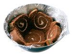 ロールケーキは10等分の輪切りにする。ボールの底にロールケーキ1切れを置き、さらに、側面に5切れをすきまなく並べる。アイスクリームは耐熱のボールに入れ、電子レンジで30秒ほど加熱する。スプーンがスッと入るくらい柔らかくなったら、チョコフレークを混ぜる。さらにブルーベリージャムを加え、マーブル状になるまでさっと混ぜる。ケーキのボールにアイスクリームを詰め、表面をならす。