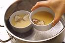 深めの鍋に、底から2cmほどの高さに湯を沸かす。一度火を止めて、やけどしないように気をつけて器を入れる。