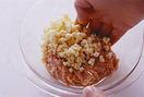 たねを作る。ボールに鶏ひき肉、たけのこ、しょうが汁と、片栗粉大さじ1/2、しょうゆ小さじ1/3、塩少々を入れ、手で粘りが出るまでよく練り混ぜる。手にサラダ油を薄く塗り、10等分して平らな円形に整える。