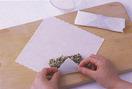 小麦粉小さじ1を水大さじ1で溶き、のりを作る。春巻きの皮を角を手前にして置き、真ん中より少し手前にたねの1/4量を横長にのせる。皮の手前を折ってひと巻きし、左右の角を内側に折る。残りの辺に指でのりを塗ってくるくると巻き、巻き終わりをしっかりと留める。残りも同様に作る。