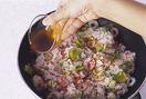 ご飯を加えて強めの中火にし、木べらで切るようにしてほぐしながら炒め合わせる。ご飯がぱらりとしたら、中濃ソース大さじ2、しょうゆ少々を鍋肌から回し入れ、混ぜながら炒める。全体がなじんだら器に盛り、青のりを散らす。