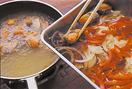 フライパンに揚げ油を中温(170~180℃。小麦粉を少量落とすと、すぐにシュワッと音を立てて広がる程度)に熱し、1の鮭を入れる。返しながら3分ほど揚げ、からりとしたら、1切れずつ取り出して、そのまま2の南蛮酢に漬けていく。さっと混ぜて味をなじませ、漬け汁ごと器に盛る。