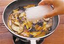 フライパンにごま油大さじ1を中火で熱し、なす、にんじん、焼き豚、きくらげを順に入れて炒める。なすに油がなじんだら煮汁を注ぎ、煮立ったら、春雨をもどさずに加える。中火のまま4分ほど煮て、煮汁がほとんどなくなったら、さっと混ぜて器に盛る。