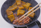 ふたとペーパータオルを取ってかぼちゃをフライパンの奥に寄せる。手前のあいたところに【1】のひき肉を入れ、菜箸でほぐしながら煮る。肉の色が変わり、ぽろぽろになったら、水溶き片栗粉をもう一度混ぜてからかぼちゃのすきまの煮汁にところどころ加える。そぼろをかぼちゃにからめながら全体を大きく混ぜ、とろみがついたら、器に盛る。