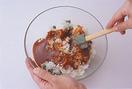 グリーンピースは缶汁をきり、残りのたねの材料とともにボールに入れ、さっくりと混ぜ合わせる。1/8量ずつ丸くまとめ、小麦粉、溶き卵、パン粉の順にころもをつける。