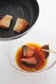 フライパンにサラダ油大さじ1を中火で熱し、【1】の鮭を並べ入れて両面をこんがりと焼きつける。熱いうちに漬けだれに加え、そのままおいてさます。きゅうり、にんじん、玉ねぎを加えて混ぜ、しんなりとするまで10~20分おく。