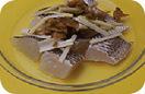 耐熱皿に白身魚を重ならないように並べ、ねぎのしんとザー菜をのせる。塩少々、酒大さじ2をふり、ラップをかけてレンジ(500W)で約5分加熱する。器に盛ってしらがねぎをのせ、ごま油大さじ1、ラー油適宜をかけていただく。