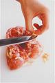 鶏肉は余分な脂(黄色っぽく柔らかいかたまり)を、包丁でこそげるようにして取り除く。こうすると口当たりがよくなる。揚げたときに身が縮まないように、厚みのある部分は包丁でたたいて筋を切る。