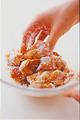 ボールに鶏肉を入れ、下味の材料を加える。手でよくもみ込んで、室温に20分ほど置く。片栗粉大さじ4を加え、手でもみ込むようにして全体にからめる。
