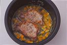 フライパンをきれいにし、サラダ油小さじ1/2を中火で熱し、豚肉を入れて両面をこんがりと焼き、白ワイン大さじ2をふる。火を止めて【2】の内がまに入れ、炊飯器で普通に炊く。