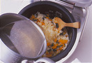 鍋に湯1と1/2カップを沸かし、洋風スープの素と、塩、こしょう各少々を加えて、スープを作る。