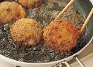 フライパンにサラダ油を高さ約2cmまで入れ、低温(160~165℃。パン粉を少量落とすと、少し沈みかけてからゆっくり広がる程度)に熱する。【2】のたねを入れ、ときどき返しながら5~6分揚げる。火を強め、両面がこんがりときつね色になるまで、さらに1分ほど揚げる。